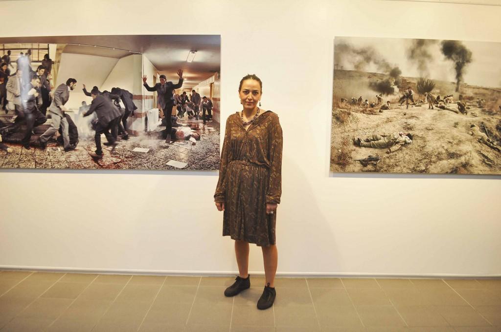 Azadeh Akhlaghi, photographe, devant ses oeuvres, salle 5