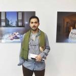 Saba Alizadeh, photographe, devant ses oeuvres, salle 4