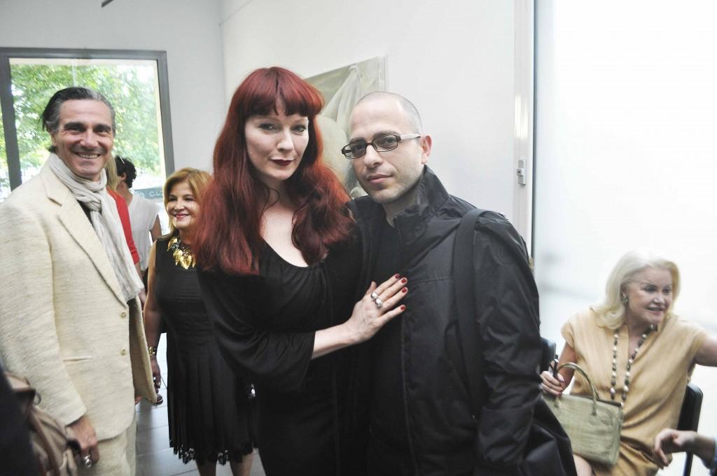 Vernissage, salle 1, à droite l'artiste égyptien Youssef Nabil, visiteur a l'exposition