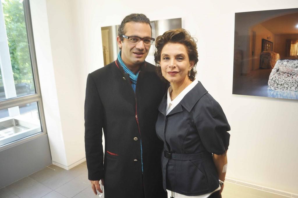 à droite, l'artiste Roya Akhavan