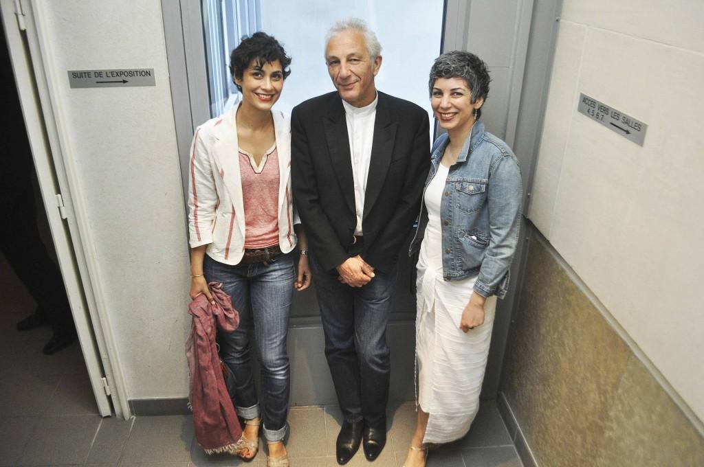 à gauche, la performance artiste Neda Razavipour