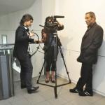 Shoja Azari, artiste, en interview pour la BBC